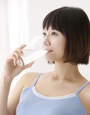 水不是喝愈多愈好,瞭解每天如何正確補充足夠的水份。什麼時候該喝水?今天的水到底喝夠了沒?