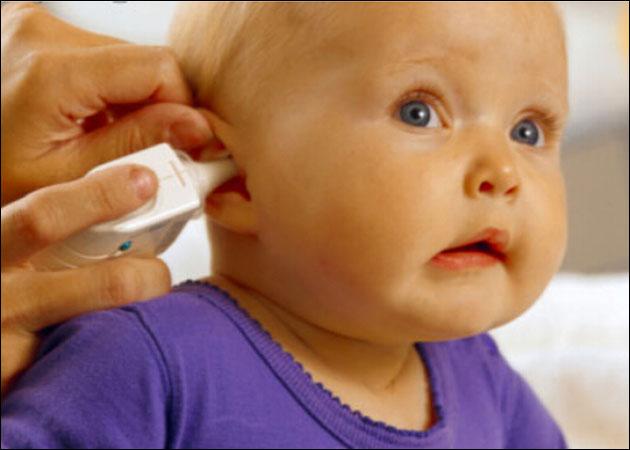 孩子發燒在38.5度C以下,可以藉由多喝水、洗溫水澡和減少衣物等非藥物性的方式退燒,至於超過38.5度C以上,才需要考慮使用藥物退燒。